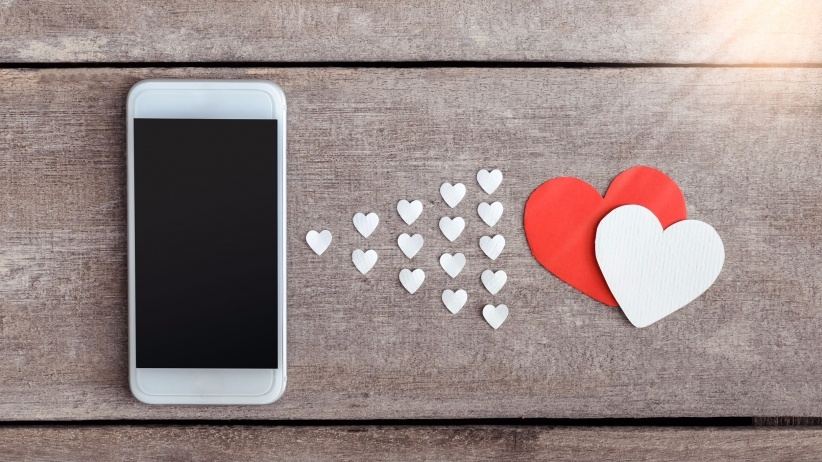 20160210165051-valentine-day-gifts-heart-iphone-technology